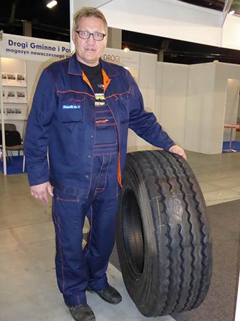 Ryszard Marcinkowski z naprawioną oponą ciężarową