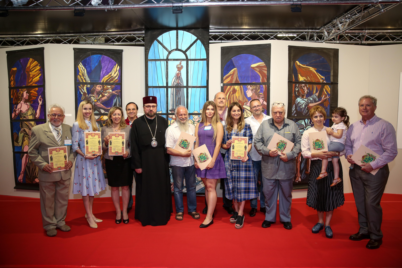 Dostojnicy duchowni Polskiego Autokefalicznego Kościoła Prawosławnego z wiceprezes zarządu Targów Kielce i wystawcami targów SACROEXPO