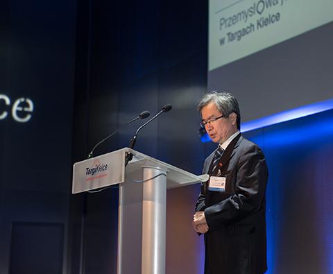 Na zdjęciu Ping Weng, sekretarz generalny China Foundry Association, podczas przemówienia na uroczystym otwarciu targów METAL 2016.