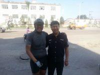 Dariusz Dziewulski z chińskim policjantem Hulun Buir