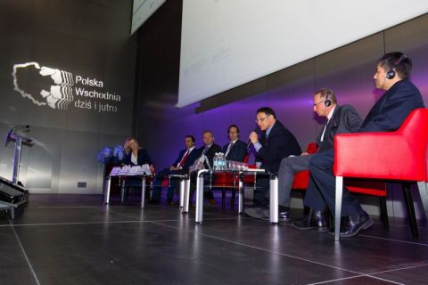 Paneliści podczas dyskusji, przy mikrofonie Sławomir Majman Prezes PAIiIZ