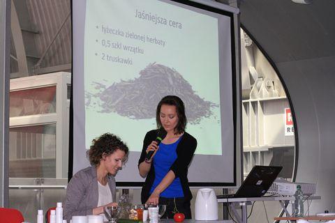 Blogerka Paulina Czarszka uczyła uczestników swego  seminarium jak robić domowe kosmetyki naturalne