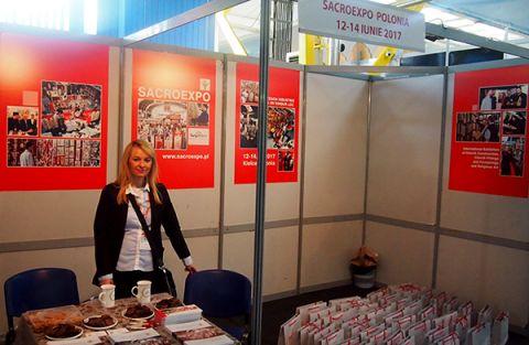Na zdjęciu Pani Katarzyna Madziarz, zastępca Menedżera Projektu SACROEXPO podczas prezentacji oferty targowej