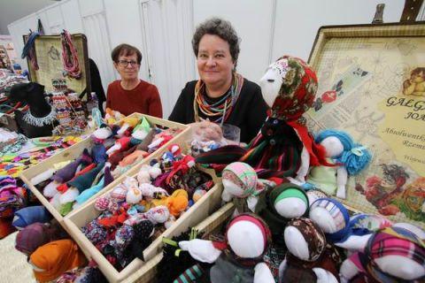Ręcznie wykonane figurki z materiałów przyciągały zwiedzających podczas V Targów Rzemiosła Artystycznego Rekodzieło