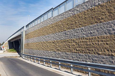Właściwości produktów ALLAN BLOCK® sprawiają, że budowanie murów oporowych jest niezwykle proste. Cechy te czynią system ALLAN BLOCK® najefektywniejszym i najekonomiczniejszym na rynku.