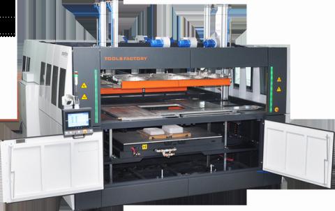 Maszyna zaprezentowana przez TOOL FACTORY w Targach Kielce, oprócz wielu innowacyjnych rozwiązań, posiada różnorodne, dodatkowe opcje, między innymi automatyczną regulację rozmiarów okna formowania z panelu operatorskiego