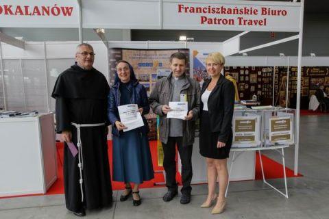 Na zdjęciu od lewej: ksiądz Adam Zyzik, siostra Maristella Sienicka, ksiądz Ryszard Polański, oraz Beata Wentura nadzorująca prawidłowy przebieg loterii