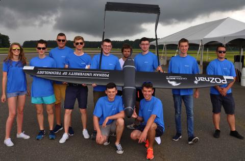 Dron wraz z ekipą biorącą udział w zawodach AUVSI SUAS 2017