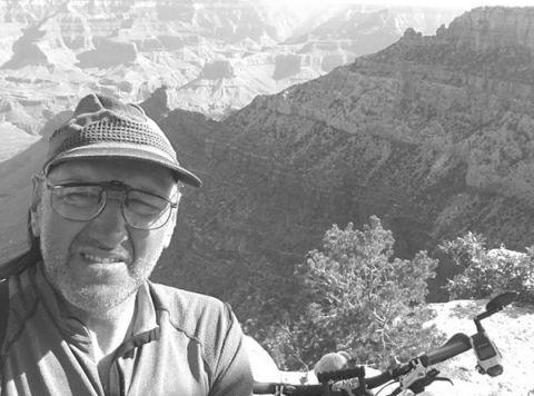 Darisz Dziewulski podczas rowerowej wyprawy dookoła świata.