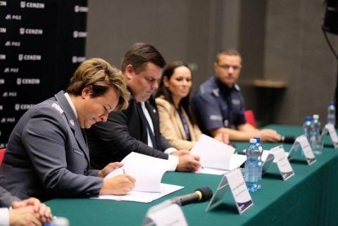 Podczas konferencji prasowej w Targach Kielce umowę w imieniu Komendanta Głównego podpisała nadinspektor Helena Michalak