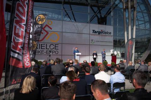 Uroczystość otwarcia Kielce Bike-Expo 2016. Udział w wydarzeniu wzięło wielu polityków, którym bliski jest rozwój kultury rowerowej w Polsce.