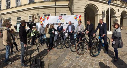 Uczestnicy konferencji dotyczącej Lviv Bike-Expo przyjechali na lwowski rynek na rowerach
