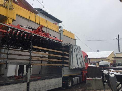 Wyładunek maszyn rolniczych przed Międzynarodowymi Targami Rolniczymi EuroAgro Lwów