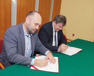 Umowę podpisali, od lewej: Dariusz Michalak, członek Zarządu Targów Kielce oraz Marek Hadała, zastępca dyrektora kieleckiego MUP-u
