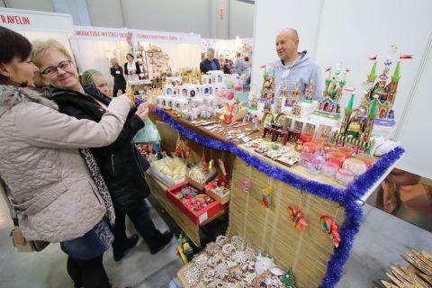 W ubiegłorocznej edycji targów RĘKODZIEŁO uczestniczyło wielu zwiedzających.