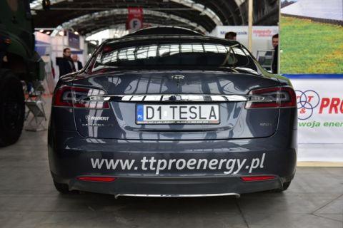 Samochód Tesla w hali E Targów Kielce
