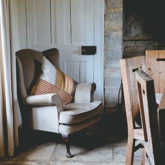 Stare fotele w nowoczesnym wydaniu są bardzo modnym dodatkiem