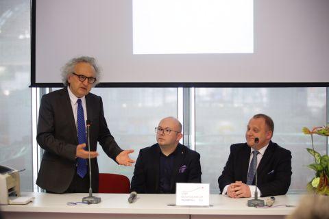Na zdjęciu od lewej Andrzej Mochoń, Prezes Zarządu Targów Kielce, Wiktor Krasa, prodziekan Wydziału Ekonomii WSEPiNM oraz Janusz Wójcik, Prezes SIT