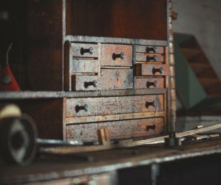Stare, drewniane meble wracają do łask
