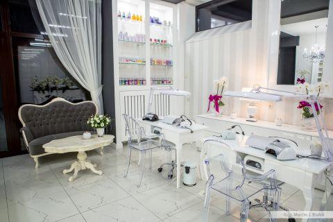 Marcela Studio Nails obecnie posiada 3 punkty szkoleniowo dystrybucyjne oraz salon usługowy na terenie województwa świętokrzyskiego
