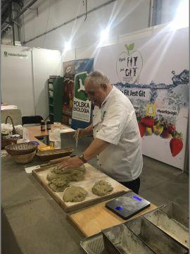 Czesław Meus ze Stowarzyszenia Polska Ekologia w ciągu trzech dni Salonu Eco-Style wypieka w Targach Kielce pyszne chleby.