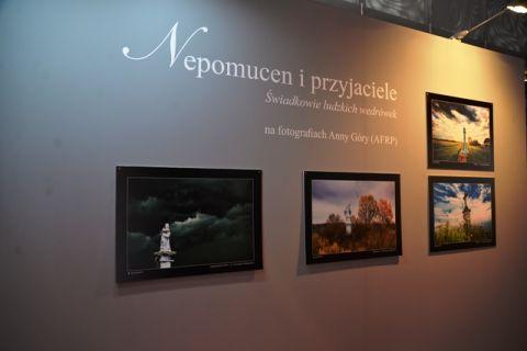 """Fragment wystawy """"Świadkowie ludzkich wędrówek"""" w Targach Kielce"""