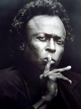 Miles Davis przeżywszy 65 lat pozostawił po sobie ok. 120 albumów, w tym 51 studyjnych