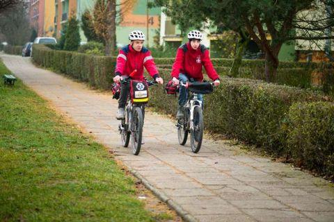 Ratownicy poruszający się na rowerach odwiedzą Targi Kielce