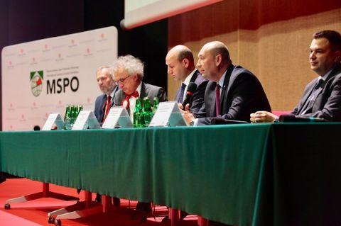 Sekretarze stanu podczas spotkania z przedstawicielami przemysłu obronnego w Targach Kielce