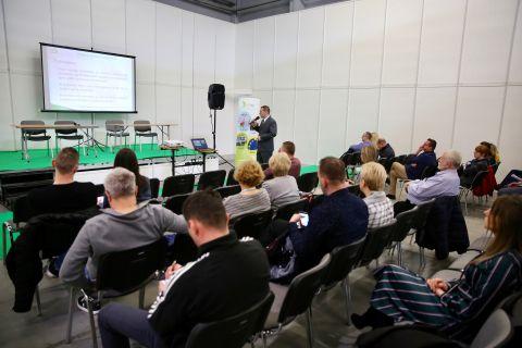 W ramach konferencji poruszone zostały zagadnienia dotyczące źródeł i rodzajów zanieczyszczeń powietrza oraz globalnych niekorzystnych zjawisk związanych z zanieczyszczeniem atmosfery