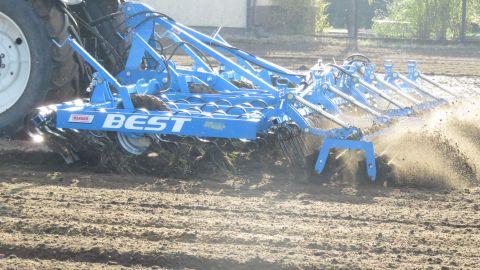 Efektem pracy Kultywatora BEST jest idealne przygotowanie gleby pod siew oraz kiełkowanie roślin bogatych w wartości odżywcze, wodę i tlen