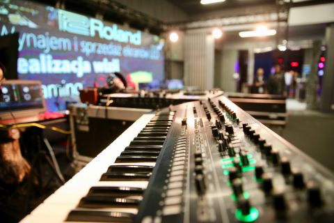 """Wykład """"Dobór elementów oświetleniowych dla zespołów eventowych i podstawy prawidłowej konfiguracji oświetlenia DMX"""" miał miejsce w Sali ALFA Centrum Kongresowego Targów Kielce."""