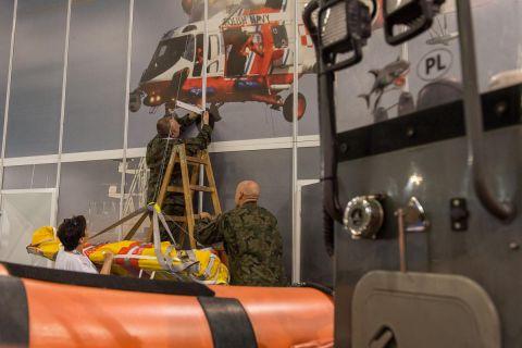 Żołnierze w trakcie przygotowywań Wystawy Sił Zbrojnych RP podczas MSPO 2019