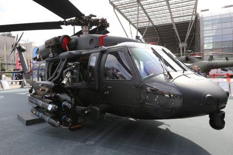 Śmigłowiec Black Hawk S-70i z lekkim pojedynczym skrzydełkiem zewnętrznym i punktem montowania karabinu maszynowego. Prototypowa konstrukcja skrzydełka oferuje szerokie pole rażenia dla załogi obsługującej wielolufowy karabin maszynowy M134, który można
