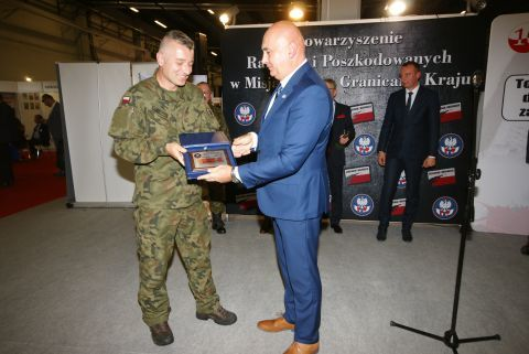 Major Marcel Podhorodecki from the 12th Mechanized Brigade from Szczecin  (left) was granted the Honorary Membership of the Association of Injured and Victims on Missions Outside the Country