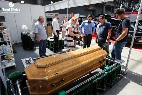 trumny na targach branży pogrzebowej necroexpo